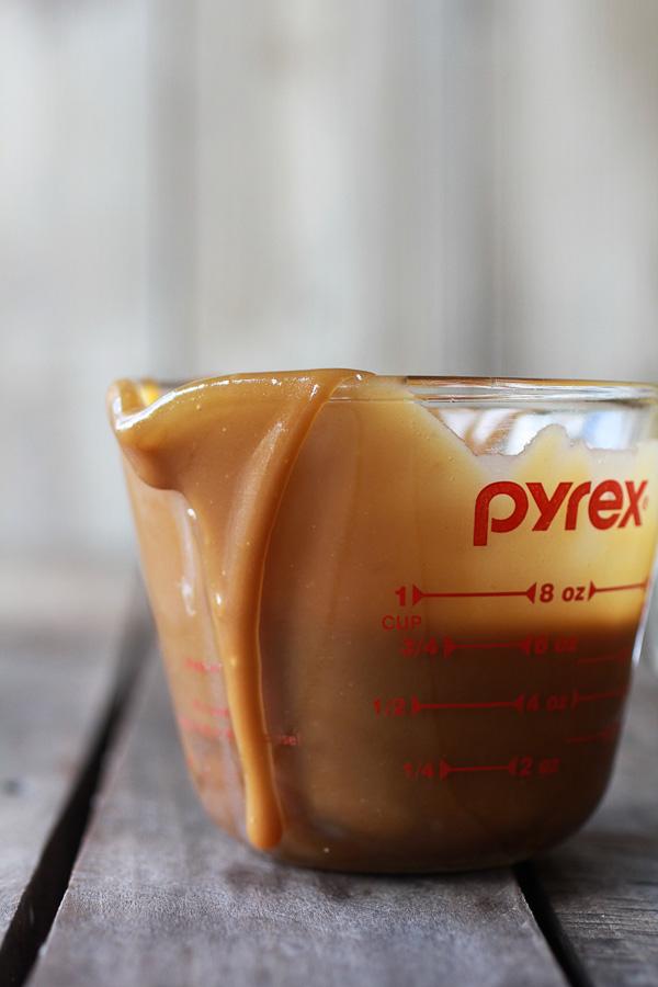 Oatmeal-Chocolate-Chunk-Salted-Coffee-Caramel-Apple-Skillet-Cookie-4-1