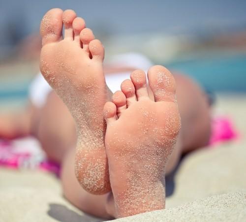 sunbathing-feet-sandy-feet-beach_123rf-com_-688x451