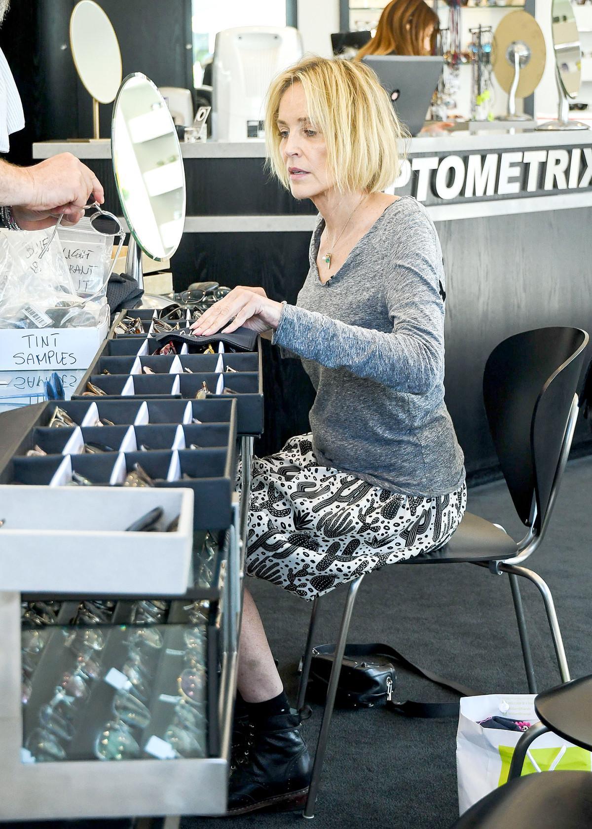 Sharon Stone velur sér gleraugu í Los Angeles þann 2. júlí