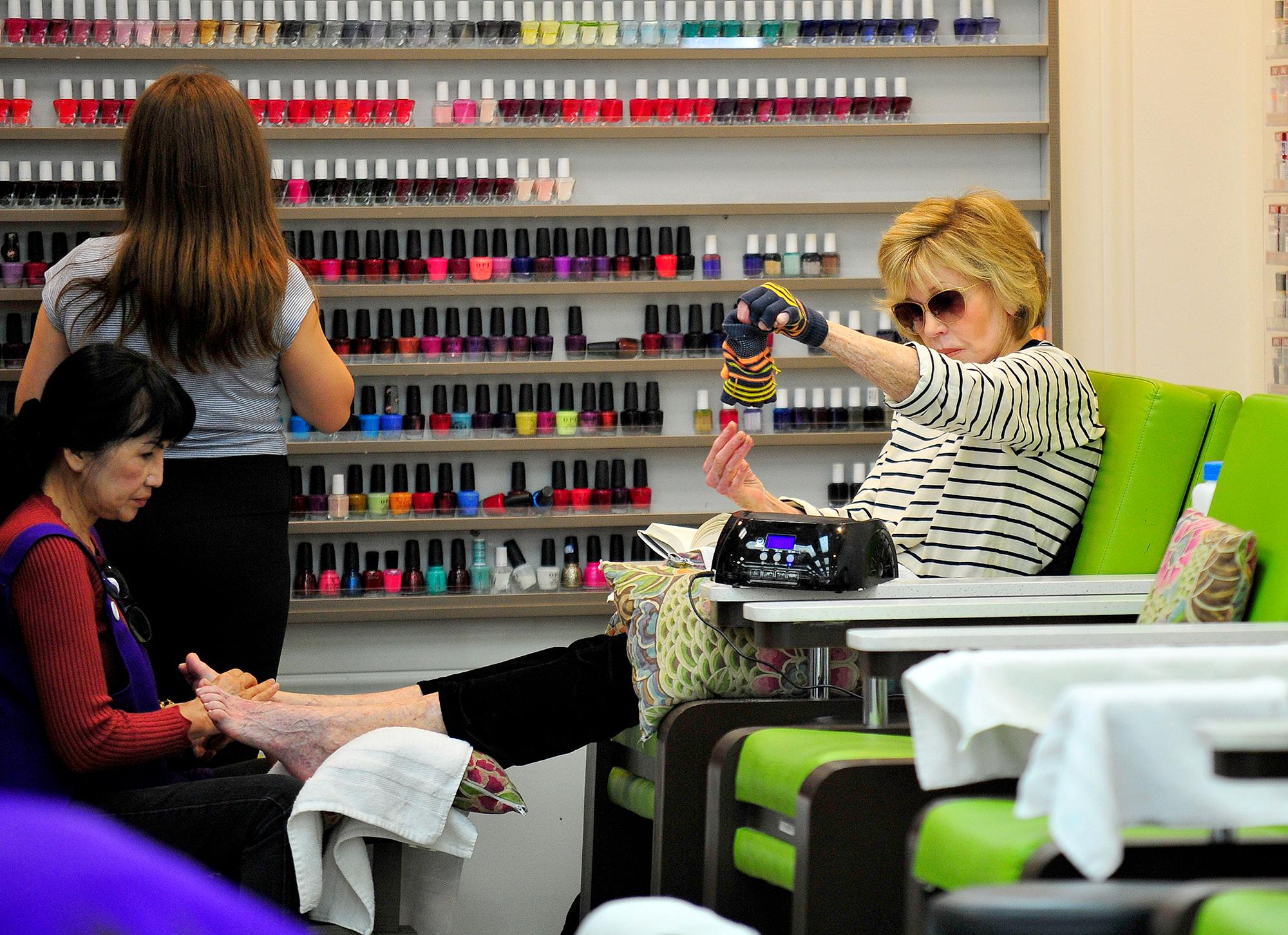 Jane Fonda í naglasnyrtingu , 4. júní í Beverly Hills