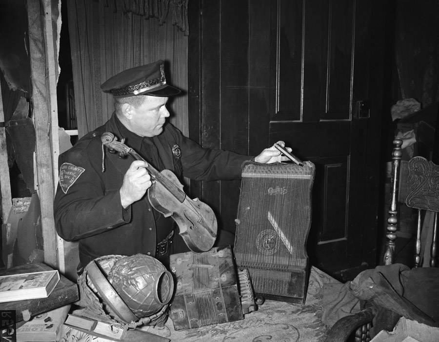 Lögreglumaður árið 1957 með muni í húsi Eds Gein